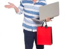 Fermez-vous de l'homme tenant le dispositif moderne avec le sac ouvert de main et de papier image stock