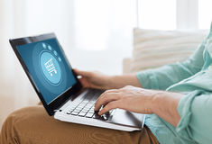 Fermez-vous de l'homme travaillant avec l'ordinateur portable à la maison Image libre de droits