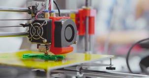 Fermez-vous de l'imprimante 3d faisant le nouveau détail pour le robot