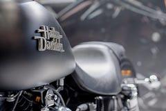 Fermez-vous de l'inscription sur le réservoir de carburant de la rue Bob Sp de moto Image stock