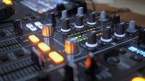Fermez-vous de l'instrument du DJ dans l'action images libres de droits