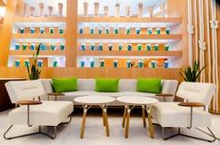 Fermez-vous de l'intérieur de restaurant avec la table et le sofa Photographie stock libre de droits