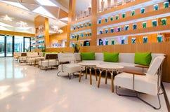 Fermez-vous de l'intérieur de restaurant avec la table et le sofa Images libres de droits