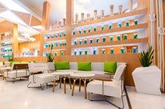Fermez-vous de l'intérieur de restaurant avec la table et le sofa Photos stock