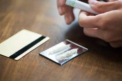 Fermez-vous de l'intoxiqué avec la dose de drogue de crack image libre de droits