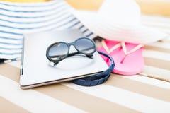Fermez-vous de l'ordinateur portable sur la plage Photographie stock libre de droits