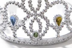 Fermez-vous de l'pour feindre la couronne de bijou image libre de droits