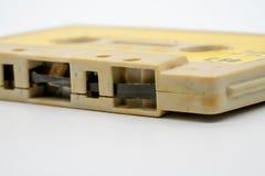 Fermez-vous de la bande audio o d'isolement par cassette de vieux et sale vintage images stock