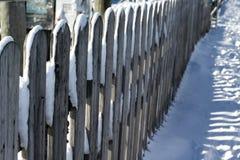 Fermez-vous de la barrière couverte par neige Photos stock