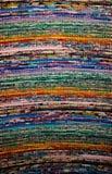 Fermez-vous de la belle couverture ou tapis bariolée fabriquée à la main colorée images libres de droits