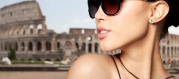 Fermez-vous de la belle femme dans des lunettes de soleil noires photos libres de droits