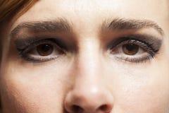 Fermez-vous de la belle jeune femme de visage image libre de droits