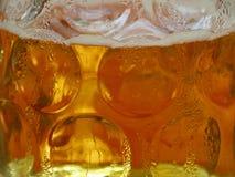 Fermez-vous de la bière bavaroise froide fraîche, 1 litre de bière, tasse en verre, chope en grès de bière images libres de droits