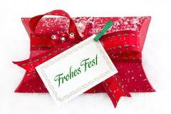 Fermez-vous de la boîte actuelle rouge avec le texte allemand pour Noël - bon pour un cadeau Photographie stock