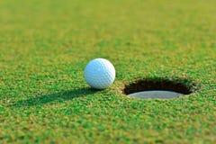 Fermez-vous de la boule de golf Image stock