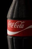 Fermez-vous de la bouteille classique de Coca-Cola avec des baisses Photo libre de droits