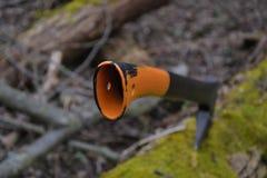 Fermez-vous de la branche d'arbre de coupe de hache dans la forêt Images stock