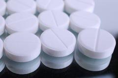Fermez-vous de la capsule de pilules sur le fond blanc Photographie stock libre de droits