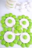 Fermez-vous de la capsule de pilules sur le fond blanc Photos libres de droits