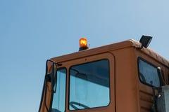 Fermez-vous de la carlingue de voiture de service de route avec le clignoteur Images stock