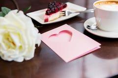 Fermez-vous de la carte de voeux avec le coeur et le café Images libres de droits