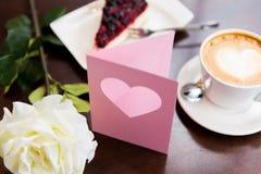 Fermez-vous de la carte de voeux avec le coeur et le café Photographie stock