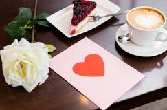 Fermez-vous de la carte de voeux avec le coeur et le café Image libre de droits