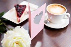 Fermez-vous de la carte de voeux avec le coeur et le café Photos stock