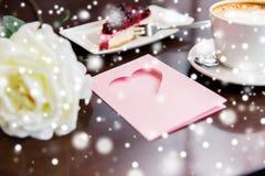 Fermez-vous de la carte de voeux avec le coeur et le café Image stock