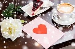 Fermez-vous de la carte de voeux avec le coeur et le café Photo stock