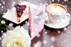 Fermez-vous de la carte de voeux avec le coeur et le café Photo libre de droits