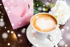 Fermez-vous de la carte de voeux avec le coeur et le café Images stock