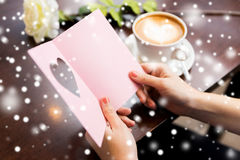 Fermez-vous de la carte de voeux et du café de lecture de femme Image libre de droits