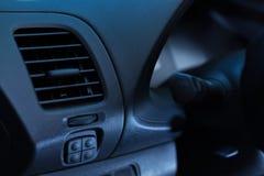Fermez-vous de la chaleur et du dispositif climatique d'une nouvelle voiture Photo libre de droits