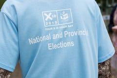 Fermez-vous de la chemise du fonctionnaire du CEI pendant les élections nationales sud-africaines image stock