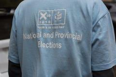 Fermez-vous de la chemise du fonctionnaire du CEI pendant les ?lections nationales sud-africaines images libres de droits