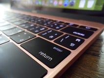 Fermez-vous de la clé de retour d'un ordinateur portable Image stock
