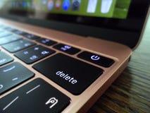 Fermez-vous de la clé de retour d'un ordinateur portable Photos stock