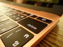 Fermez-vous de la clé de retour d'un ordinateur portable Images stock