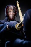 Fermez-vous de la concurrence de deux combattants de kendo Images stock