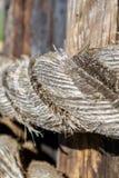 Fermez-vous de la corde superficielle par les agents sur le poteau en bois photos libres de droits