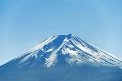 Fermez-vous de la crête de montagne de Fuji avec l'enneigement sur le dessus avec b photographie stock