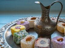 Fermez-vous de la cruche argentée avec le plaisir turc Photographie stock