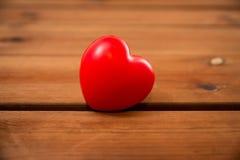 Fermez-vous de la décoration rouge de coeur sur le bois Photographie stock libre de droits