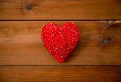 Fermez-vous de la décoration rouge de coeur sur le bois Photo stock