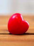 Fermez-vous de la décoration rouge de coeur sur le bois Image libre de droits