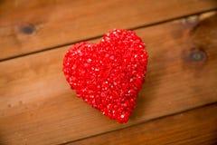 Fermez-vous de la décoration rouge de coeur sur le bois Images libres de droits