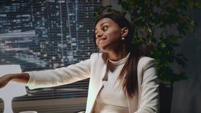 Fermez-vous de la dame d'affaires d'afro-américain montrant sa bague de fiançailles au collègue banque de vidéos