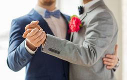 Fermez-vous de la danse gaie masculine heureuse de couples Image stock