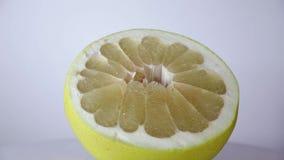 Fermez-vous de la demi tranche de citron tournant sur la table banque de vidéos